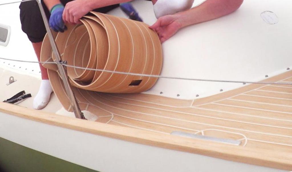 A szintetikus teak fedélzetet először teljesen kiszerkesztik, csak utána kerül a hajóra